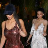 Kim Kardashian schijnt door