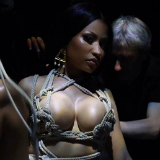Nicki Minaj vastgebonden