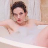 Anna Drijver in bad