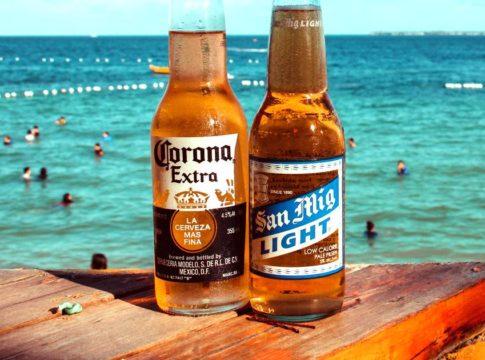 Biertjes op tafel voor een achtergrond van zee