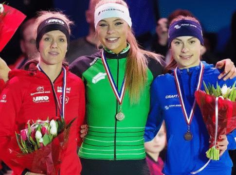 Jutta Leerdam (m) en Femke Kok (r) op het podium van het NK