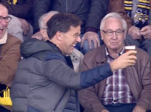Mark Rutte Voetbal Corona bek houden