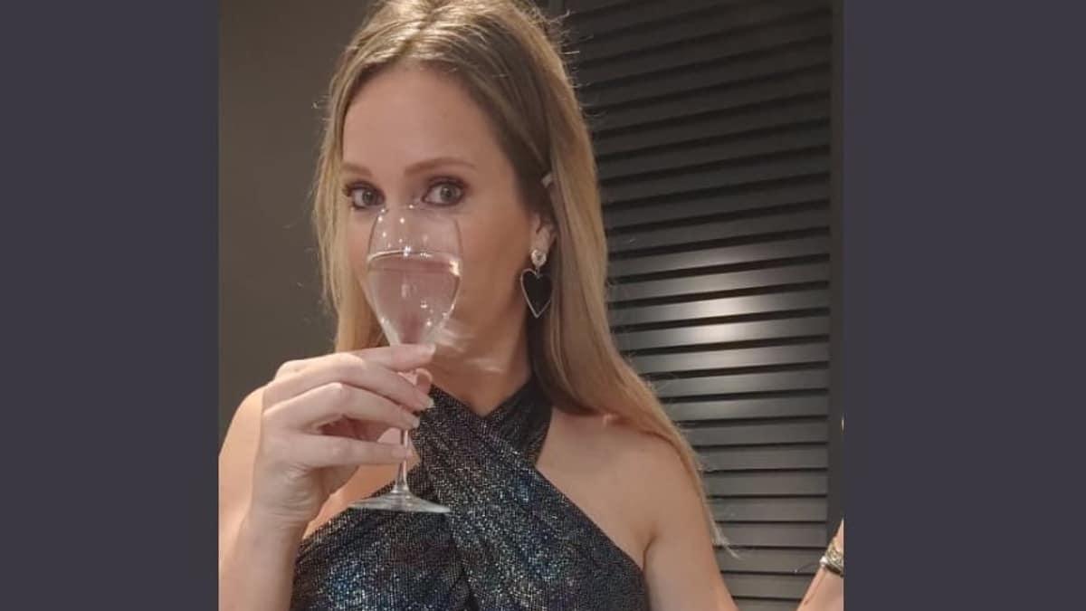Helene Hendriks oud & nieuw jaarwisseling nieuwjaar vals spelen jurk champagne